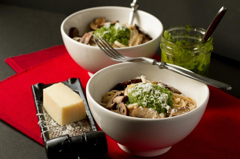 linguine alfredo with arugula pesto & mushrooms // chattavore
