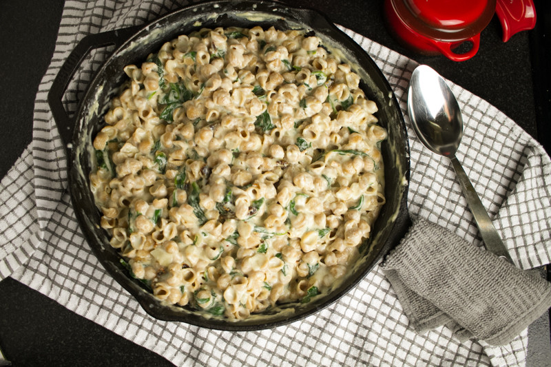 Spinach & sun dried tomato mac & cheese is extra creamy and packed full of delicious vegetables. No baking required! You can serve it right from the pan. | recipe from Chattavore.com