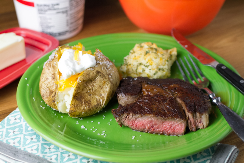 Steaks aren't exactly the easiest thing to cook, but I finally got it right with this perfect pan-seared steak. It's great for Valentine's Day, date night, or Tuesday night dinner! | recipe from chattavore.com